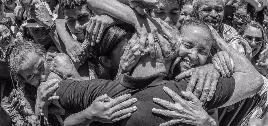 [PT quer que Lula seja levado à prisão cercado de apoiadores ]