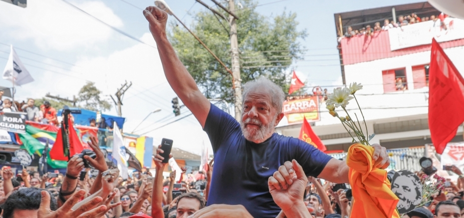 [Jornalista é agredido com grades por militantes pró-Lula na sede de sindicato]