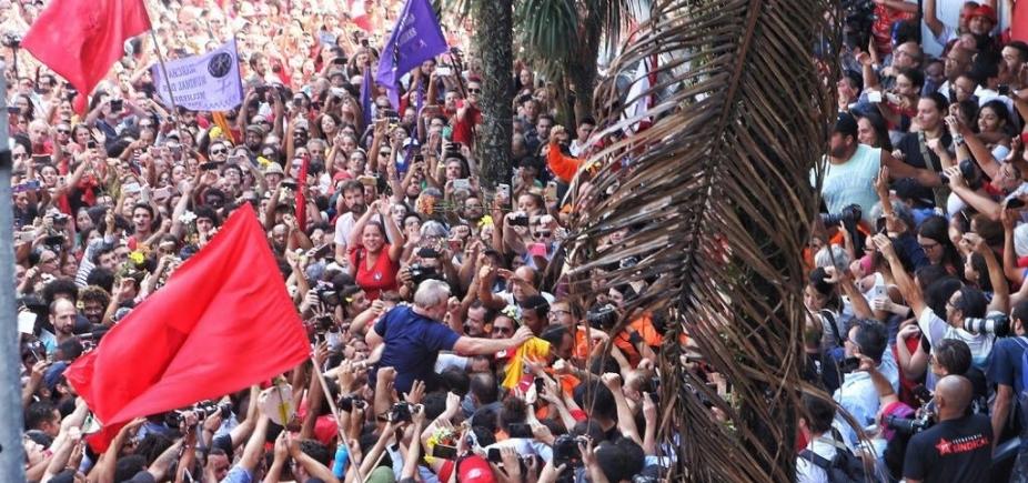 [Depois de 2 dias em sindicato, Lula se entrega à Polícia Federal]