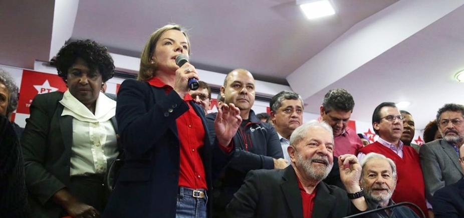 [Em Curitiba, Gleisi afirma que apoiadores farão vigília para soltura de Lula]