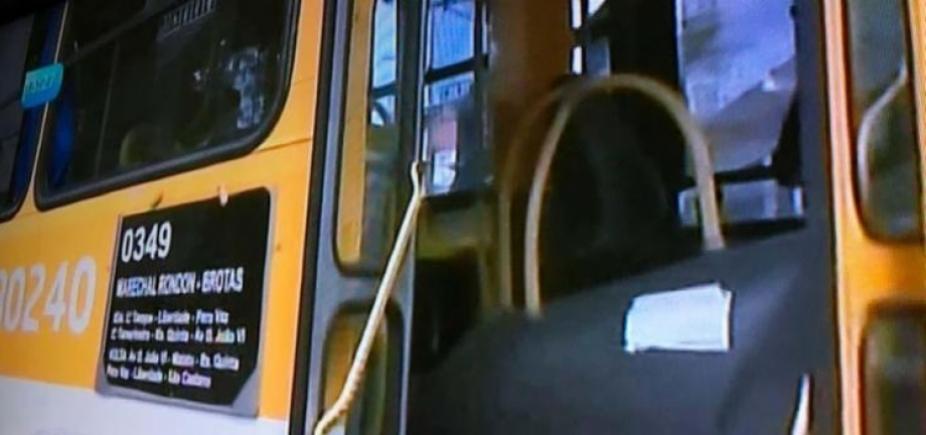 [Criminosos invadem ônibus e atravessam veículo em rua no Pero Vaz]