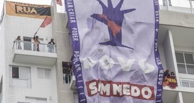 Após pedido da PM, manifestantes deixam triplex no Guarujá