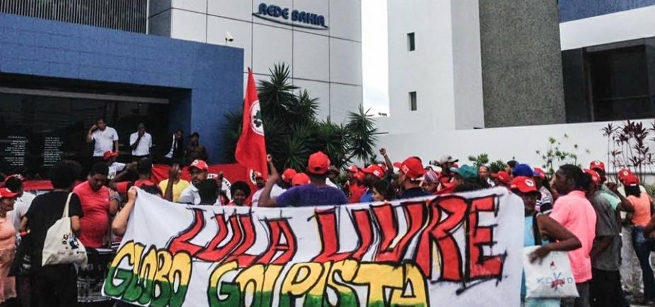 [Manifestantes deixam sede da Rede Bahia ]
