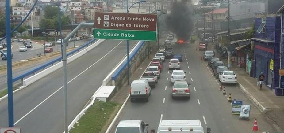[Moradores queimam pneus na Vasco da Gama]