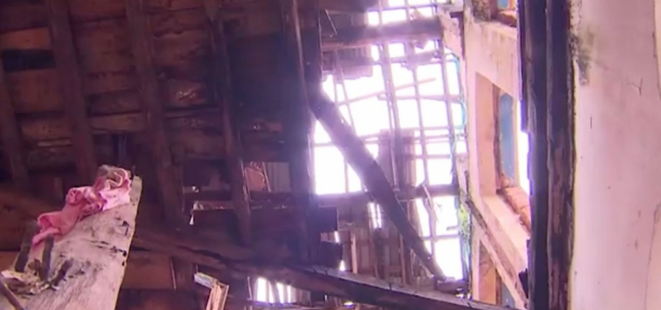 [Parte do teto de casarão antigo desaba em Nazaré]