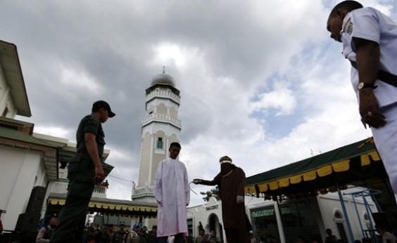 Oito pessoas são chicoteadas pela polícia da lei islâmica na Indonésia