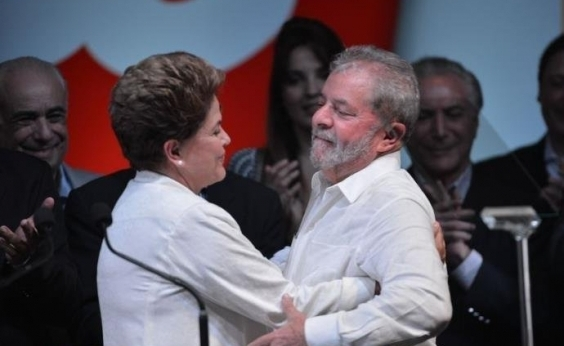 Dilma desembarca em Curitiba para tentar visitar Lula, diz coluna