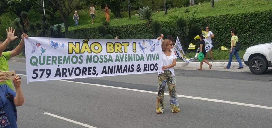 [Manifestantes protestam contra retirada de árvores para BRT em Salvador ]
