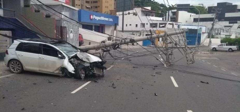 [Carro derruba postes e bloqueia rua no Rio Vermelho; veja trânsito ]