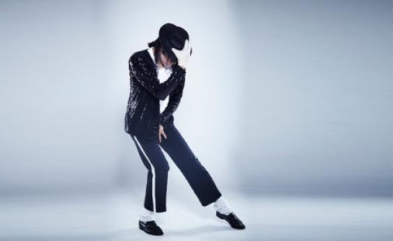 Sapatos usados por Michael Jackson no 1º ʹmoonwalkʹ vão a leilão
