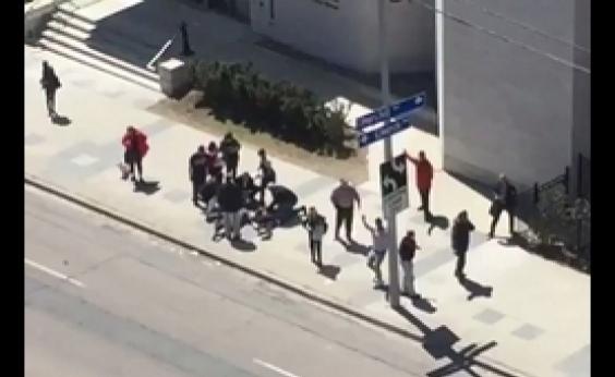 Motorista atropela pedestres com van em Toronto, no Canadá
