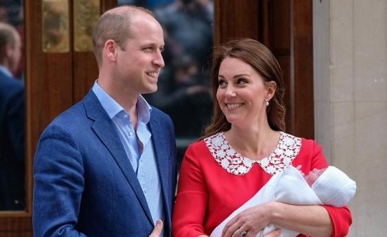 Kate Middleton e príncipe William apresentam o terceiro filho