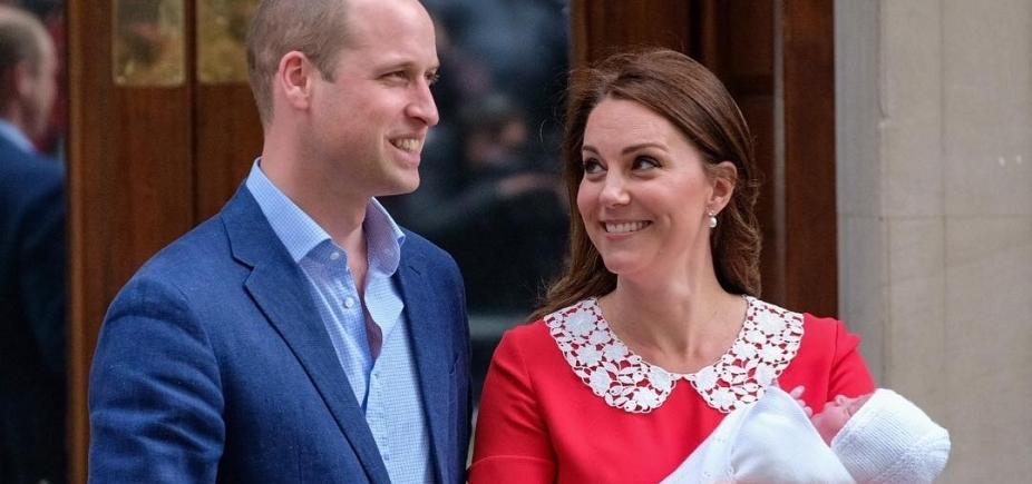 [Kate Middleton e príncipe William apresentam o terceiro filho]