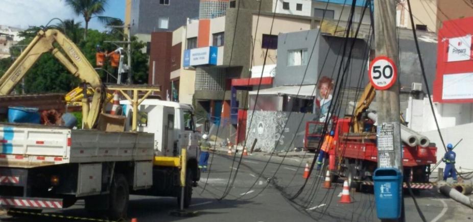 [Rua Marquês de Monte Santo é liberada após acidente que derrubou postes]