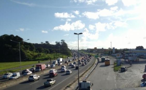 Engavetamento congestiona BR-324 sentido Salvador
