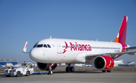 Passageiro desmaia e outros se revoltam com calor em voo da Avianca; vídeo