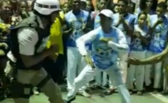 PM fardado entra em roda de capoeira e viraliza nas redes sociais