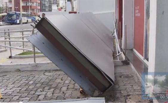 Chuva: fachada de banco desaba no bairro da Pituba