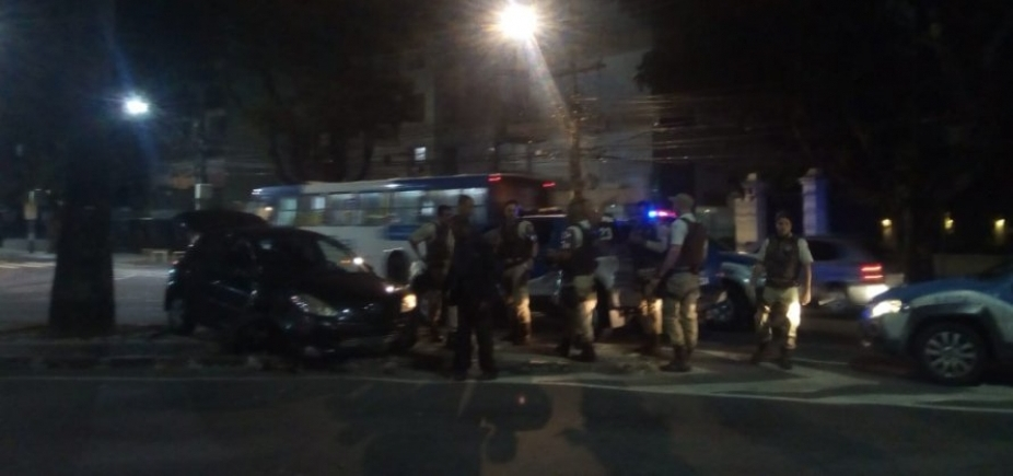 [Perseguição termina em troca de tiros e acidente de carro em frente ao prédio de Ivete Sangalo ]