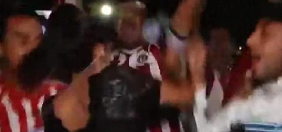 [Repórter dá ʹmicrofonadaʹ após ser assediada em transmissão ao vivo; vídeo]