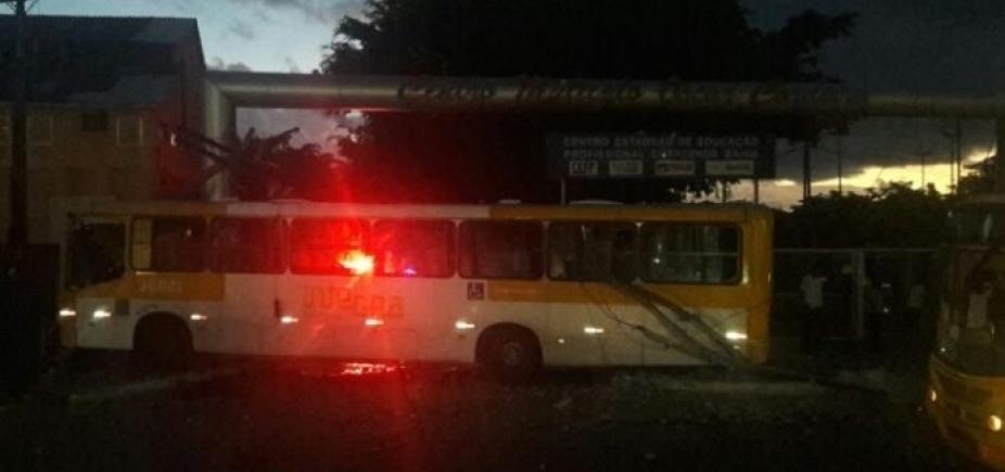 [Ônibus bate em poste e deixa feridos na Cidade Baixa ]