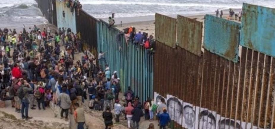 [Caravana de refugiados está na fronteira entre México e EUA]