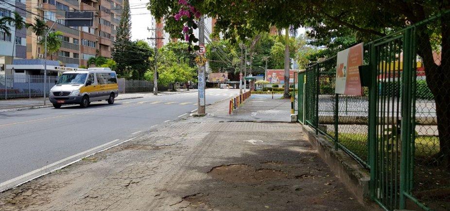 [Você reportér: leitor critica piquetes em calçada de colégio no Itaigara]