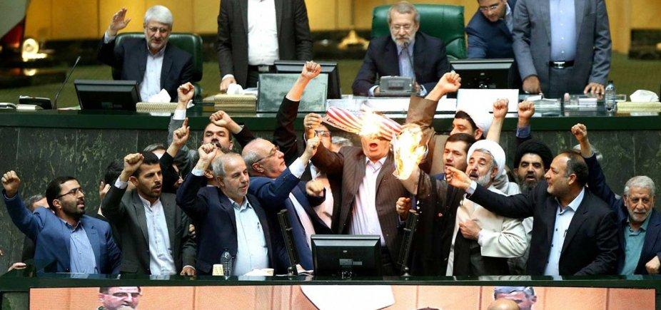 [Deputados iranianos queimam bandeira dos EUA após anúncio sobre pacto nuclear]