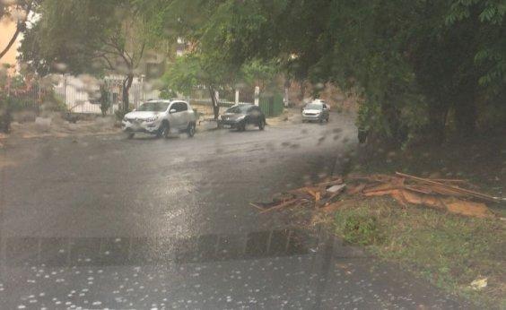 [Você Repórter: rua no Itaigara sofre com acúmulo de lixo e falta de luz]