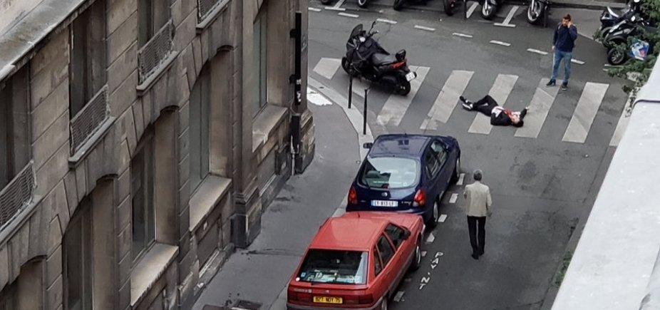 [Homem mata uma pessoa em área turística de Paris e é morto pela polícia]