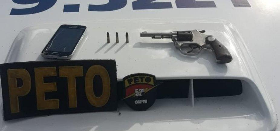 [Polícia prende rapaz minutos após roubo de carro na Estrada do Côco]