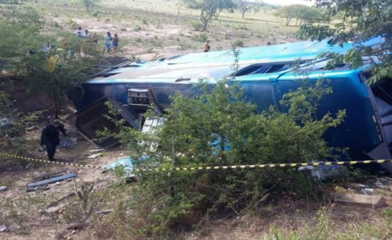 [Dois morrem e 30 ficam feridos após ônibus que saiu de Salvador tombar]