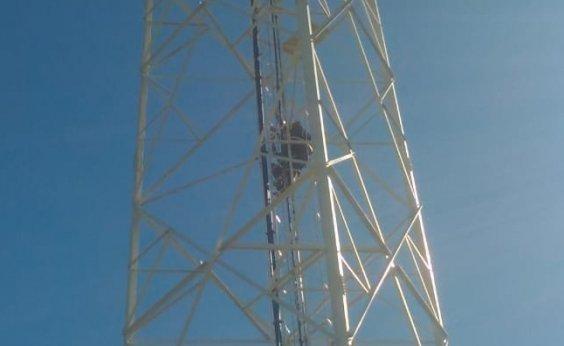 [ Homem é resgatado após ficar preso em torre de 40 metros na Caixa D'água]