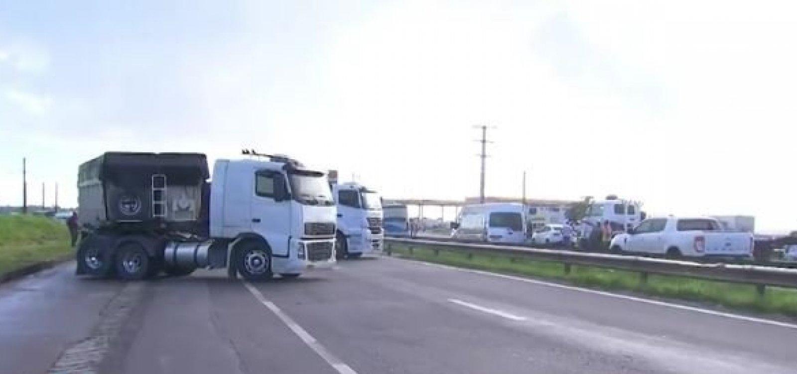 [Caminhoneiros voltam a fechar rodovias em protesto contra aumento do diesel]