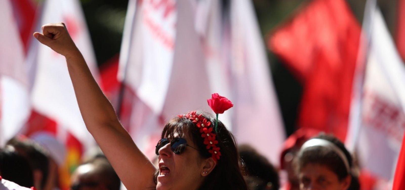 [PT tenta surfar em crise para reforçar candidatura de Lula, diz coluna ]