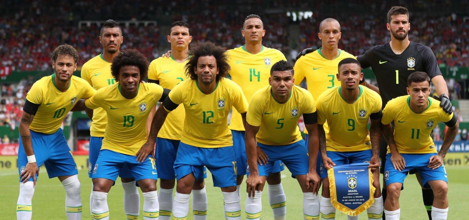 Resultado de imagem para Seleção estreia com a camisa amarela contra a.  Os uniformes da seleção brasileira ... 84c3c6bb17b40