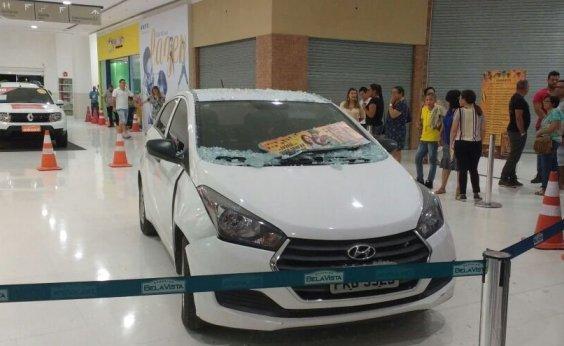 [Cliente invade shopping com veículo para escapar de assalto; fotos]