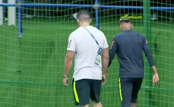 [Neymar deixa treino mancando após sentir dores no pé direito]