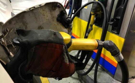 [Valor da gasolina cai nas refinarias e sobe nas bombas dos postos]