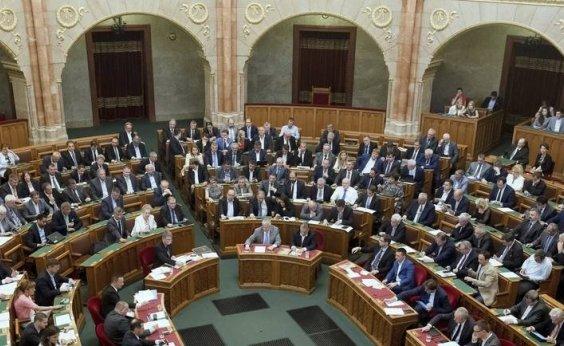 [Parlamento húngaro aprova projeto que pune quem ajuda imigrantes]