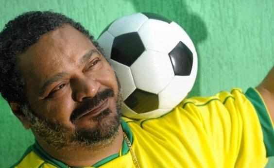 [Família posta foto de Arlindo Cruz torcendo para o Brasil no hospital]