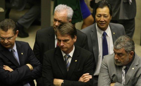 [Com medo de atentado, Bolsonaro contrata segurança particular]