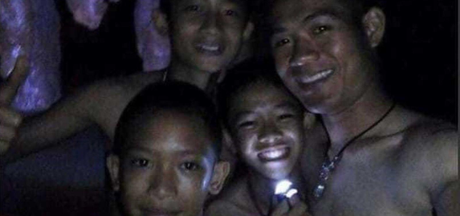 [Doze crianças e o técnico de futebol são retirados de caverna na Tailândia]