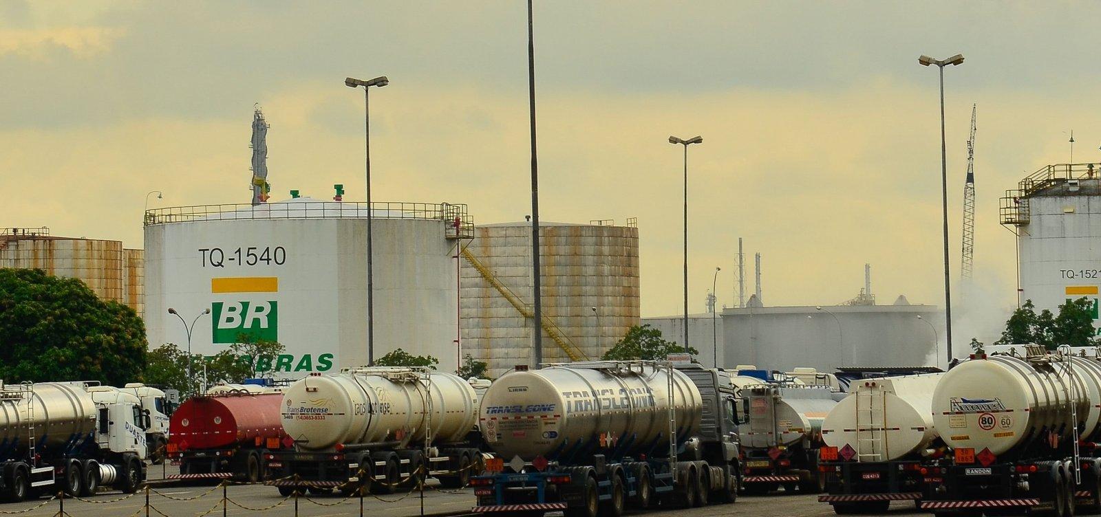 [Petrobras reduz em 0,98% preço da gasolina nas refinarias]