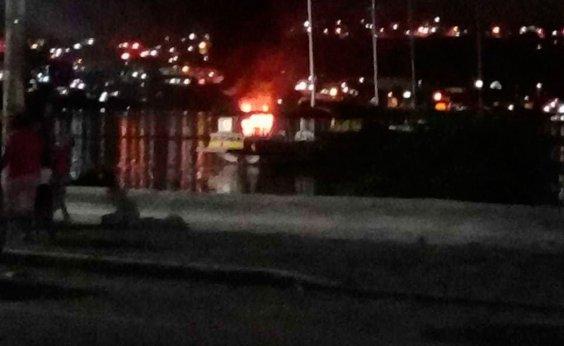 [Embarcação pega fogo no mar da Ribeira em Salvador]
