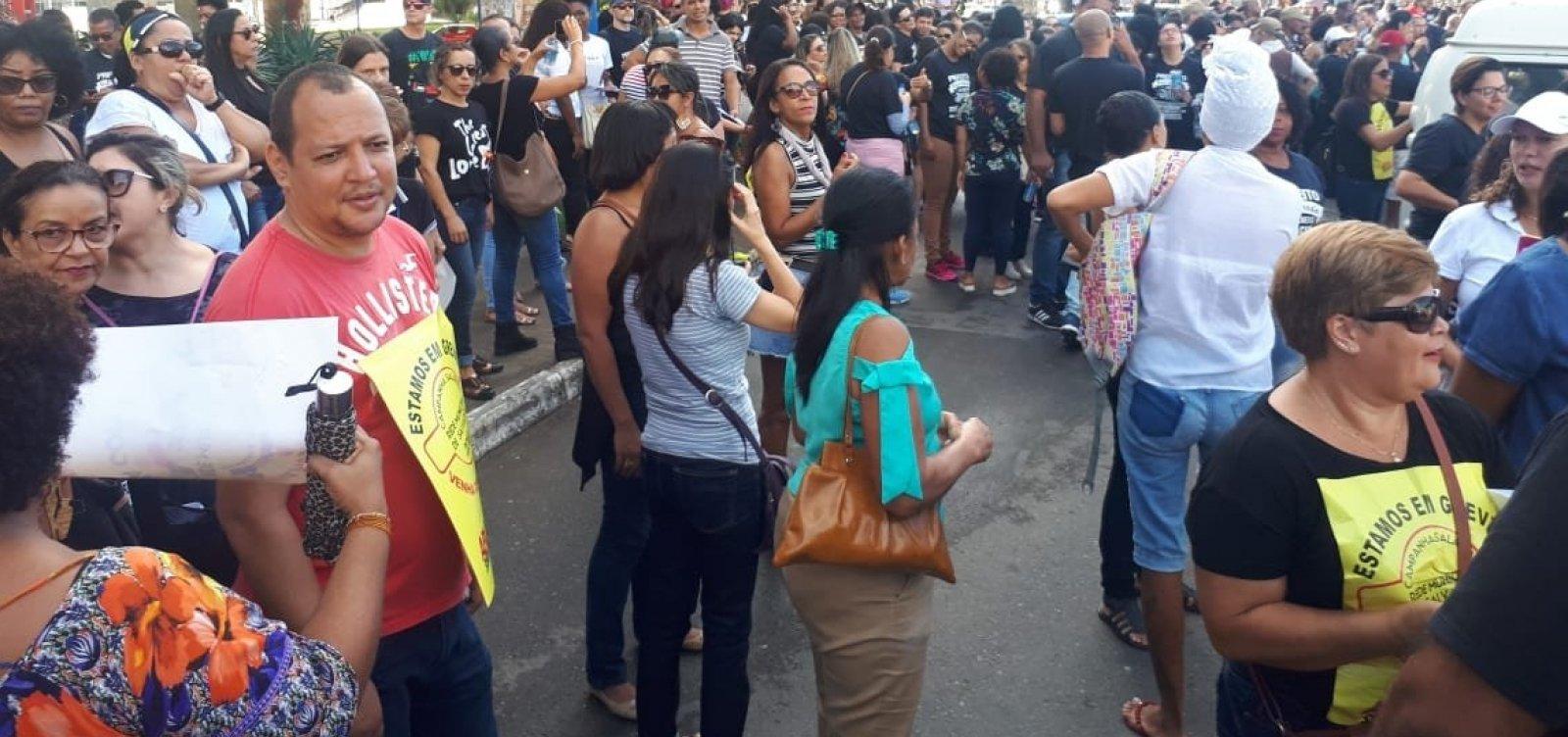 [Em greve pelo 6º dia, professores da rede municipal protestam contra não reajuste]