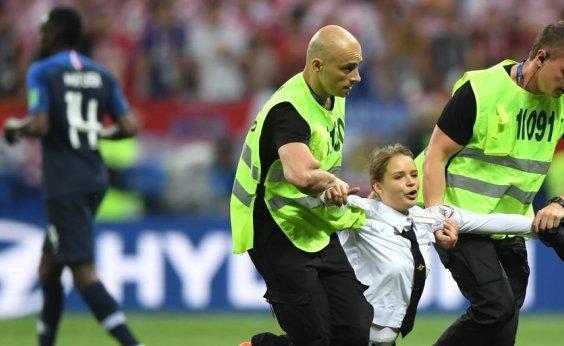 [Ativista que invadiu campo na final da Copa é condenada a 15 dias de prisão]