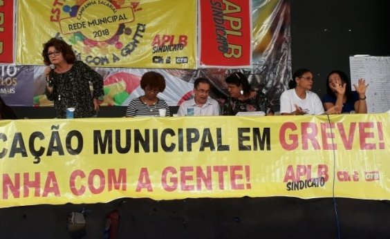 [Professores da rede municipal aprovam continuação de greve]