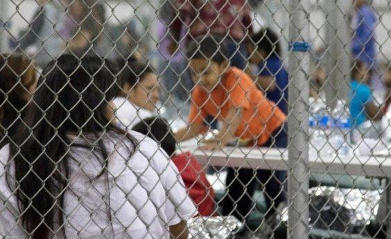 [Juiz nos EUA suspende deportação de famílias migrantes reunidas]