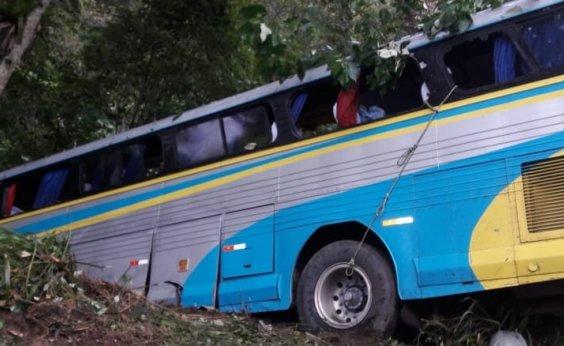 [Três pessoas morrem após queda de ônibus em ribanceira no sul da Bahia]